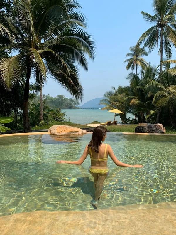 吴千语与富豪男友外出度假 穿泳衣秀性感美背