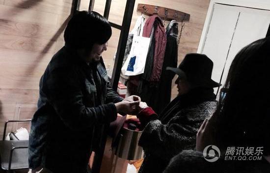 歌手宋冬野求婚成功当场热吻 女方感动落泪