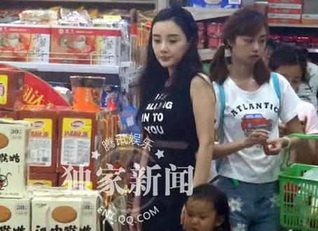 李小璐带甜馨逛超市引围观 与贾乃亮分头似陌路