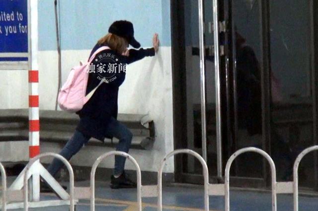 吴昕机场练武打把势 买包子泡面节俭度日