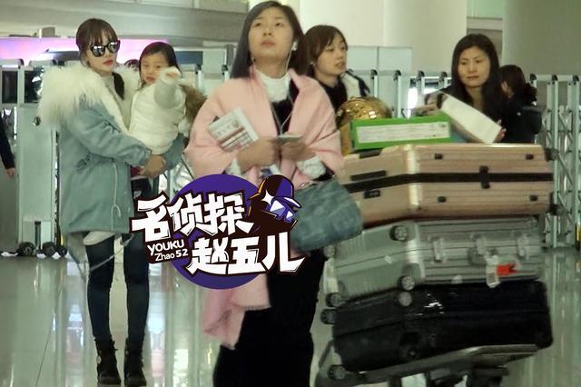 李小璐现身机场气势十足 逗乐甜馨母爱十足