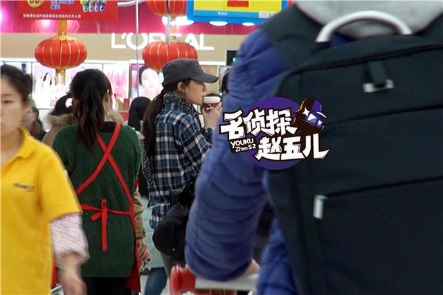 刘亦菲带助理逛街 打扮休闲素颜出行